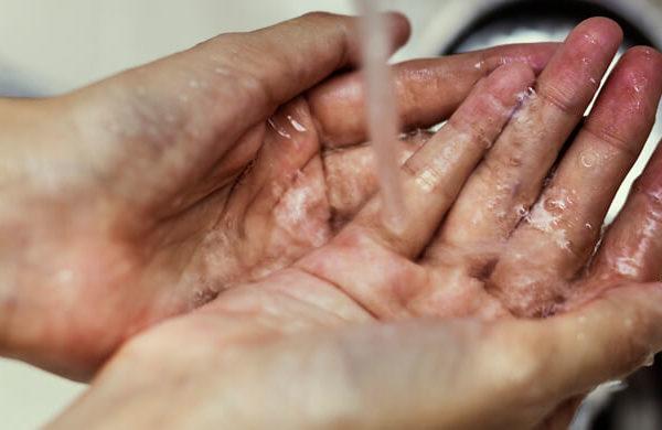Schmutzige Hände waschen