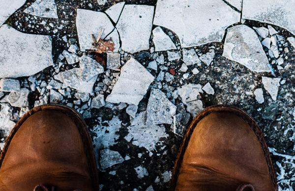 Schuhe vor gefrorener Eisdecke