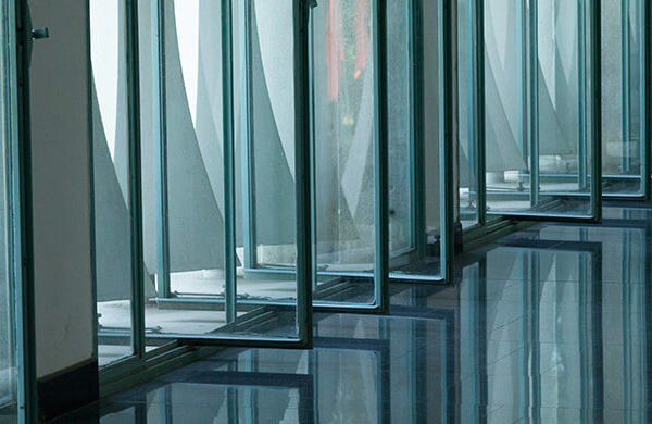 Offene Fenster in Gebäude