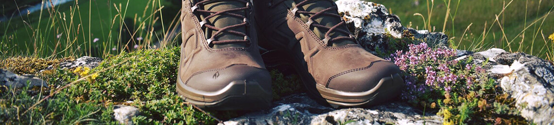 Outdoor-Schuhe im Gelände